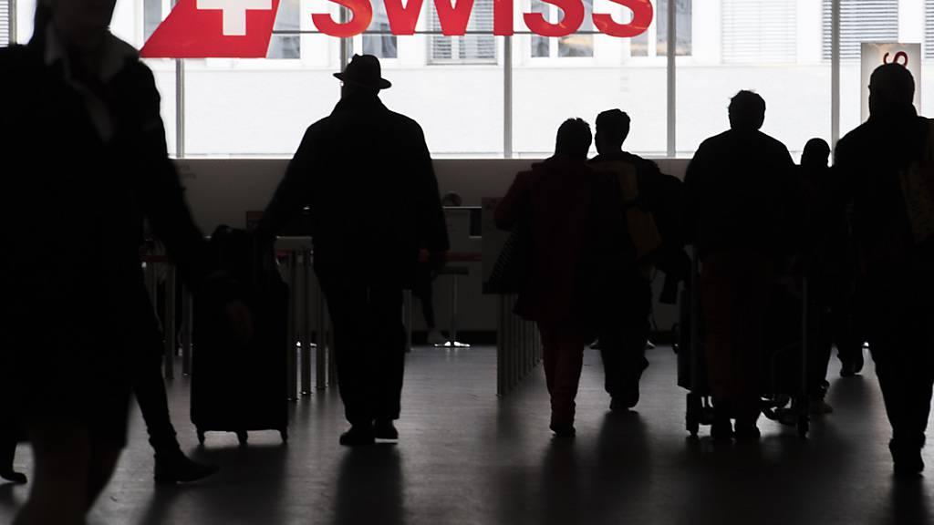 Die Swiss macht einen Schritt auf die Kunden zu: Fluggäste am Check-In Schalter der Fluggesellschaft am Flughafen Zürich (Archivbild).