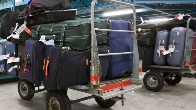 Swissport fertigt Gepäck beim Flugverkehr ab