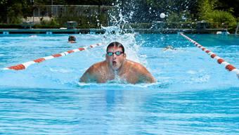 Jürg Ammann im Schwimmbad in Suhr, wo er im Sommer fast täglich trainiert. (Emanuel Freudiger)