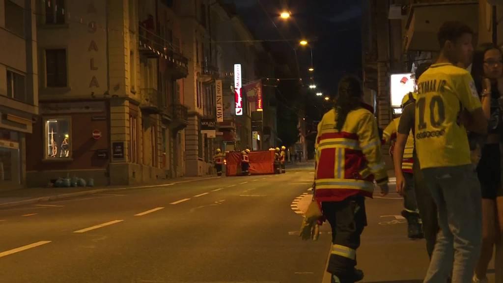 Dachziegel auf Strasse geworfen: Mann mit Messer beschäftigte Polizei