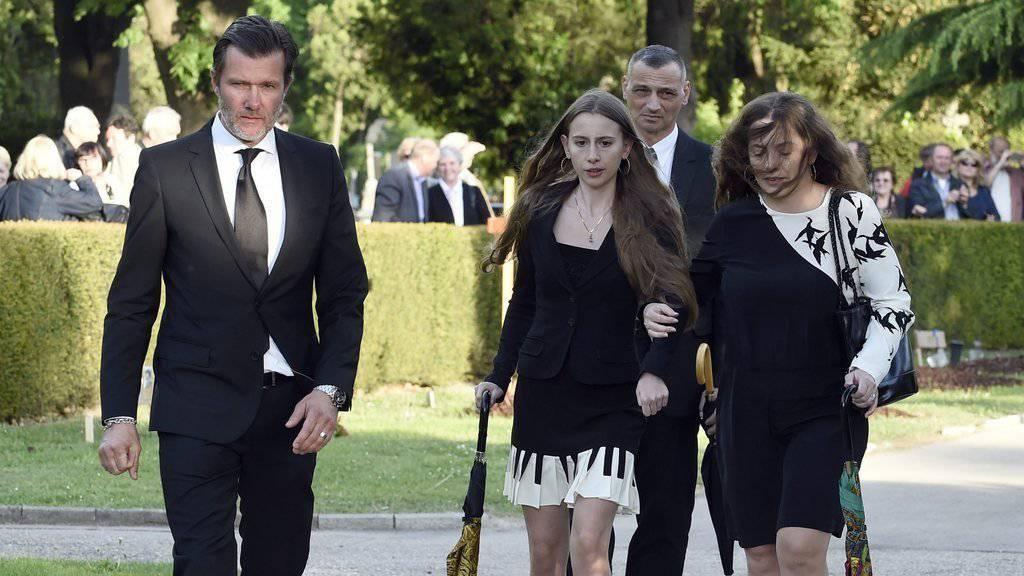 John Jürgens (links) kann seine Halbschwester Gloria Burda (Mitte) nicht verstehen: Sie gibt sich mit dem Testament ihres verstorbenen Vaters Udo Jürgens nicht zufrieden.