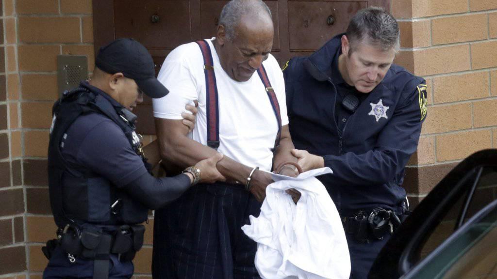 Der einstige US-Fernsehstar Bill Cosby hat seine Haftstrafe wegen sexuellen Missbrauchs angetreten.
