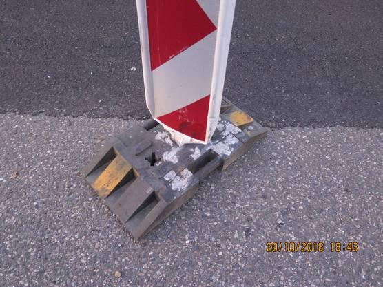 Im Baustellenbereich der Auffahrt geriet er an den linken Fahrbahnrand und kollidierte dort frontal mit mehreren temporären Leitbaken.
