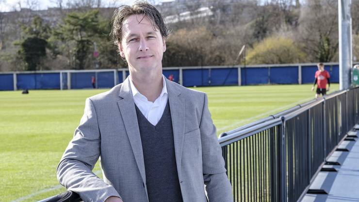 Percy van Lierop sortiert im FCB-Nachwuchs kräftig aus. Die entlassenen Juniorentrainer können das nicht fassen.
