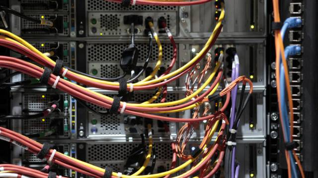 Kabel verbinden Speicherplatten in Speichersystem (Symbolbild)