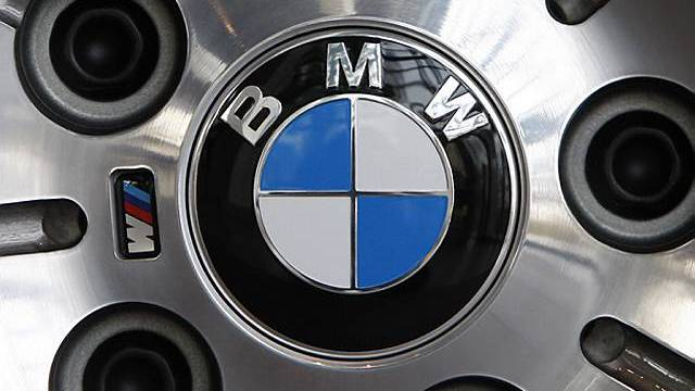 Das Logo des Automobilherstellers BMW an der Felge eines Pkw (Archiv)