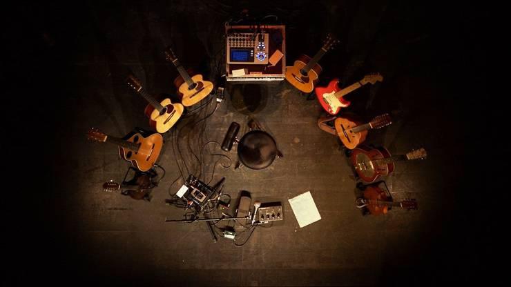 Die Gitarren warten: Stimmungsvoller Einstieg in den Film und die Solokonzerte.