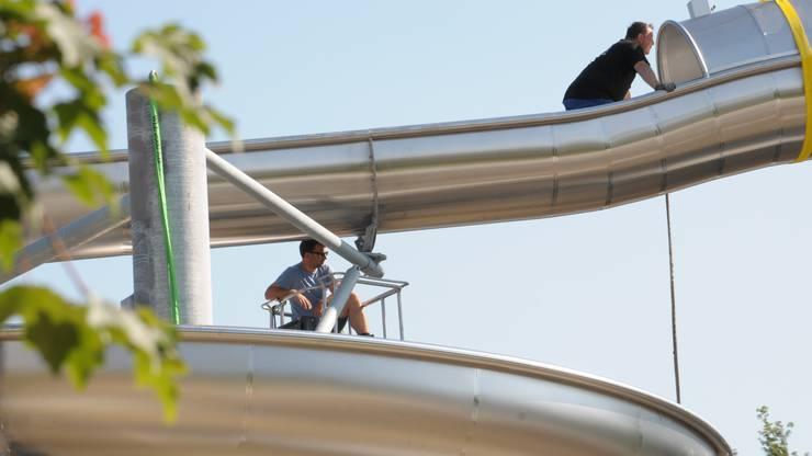 Arbeiter bei der Montage der neuen Wasserrutsche.