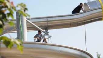 In der Badi Wohlen wird die neue Wasserrutsche montiert (Juni 2018)