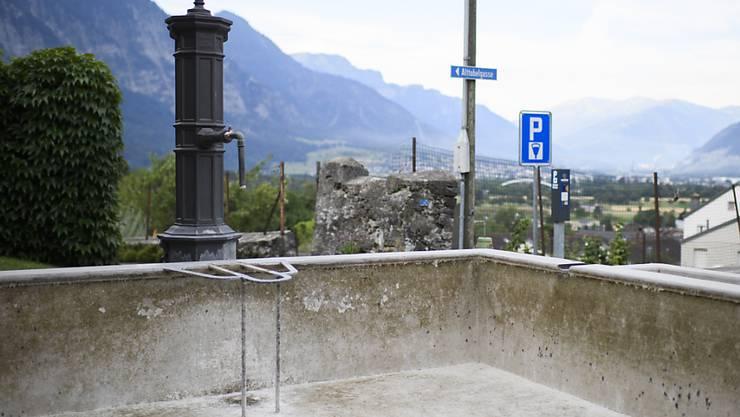 Trocken gelegter Brunnen im bündnerischen Malans. Das Dorf hat angesichts der anhaltenden Trockenheit mehrere Brunnen abgestellt, um Wasser zu sparen.