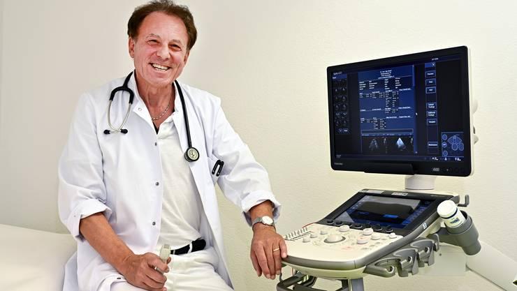 Der Kardiologe und Hausarzt Max Misteli, Oensingen, in seiner Praxis in Oensingen. Zusammen mit dem Fotografen Patrick Lüthy hat er ein Buch über die Hausärzte im Thal-Gäu und Ungebung herausgebracht.