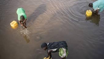 Frauen im Südsudan holen in einem Fluss Wasser für Zuhause. (Archivbild)