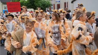 Es wuselt von gestiefelten Katern aus der 2. Klasse am Jugendfestumzug in Hunzenschwil. Das Dorf weihte am Donnerstag das Schulhaus ein und festete ab Freitag.