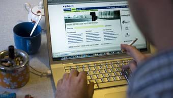 Ein Mann sucht im Internet nach einem Job