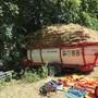 Bei der Landarbeit tödlich verunfallt: Der Ladewagen des Verunglückten am Waldrand.