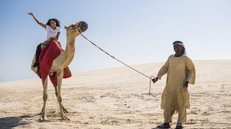 Am Schluss hatte sie doch noch Zeit für Land und Leute: Mujinga Kambundji posiert auf einem Kamel.