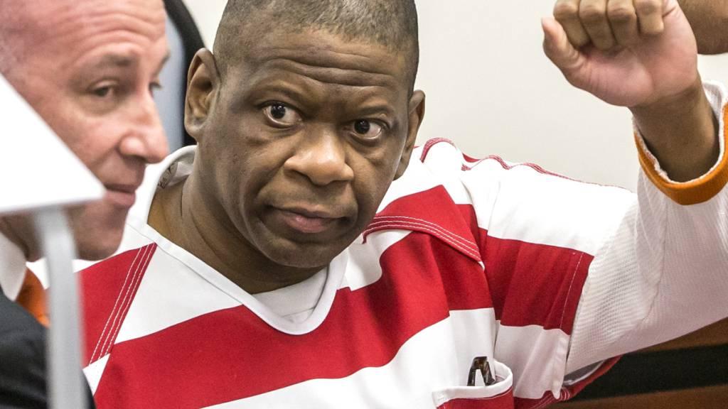 Der verurteilte Mörder Rodney Reed winkt im Gerichtssaal in Bastrop im US-Bundesstaat Texas seinen Angehörigen zu. (Archivbild)