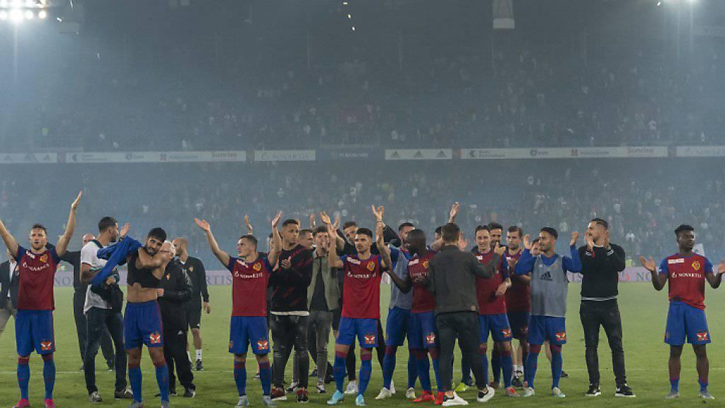 Magisch: Die FCB-Spieler bedanken sich für den Support aus der Muttenzer Kurve und die Gänsehaut-Atmosphäre