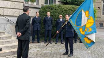 Sicherheitsdirektor Mario Fehr (l.) und Kommandant Thomas Würgler (r.) bei der Kommandoübergabe am Freitag.