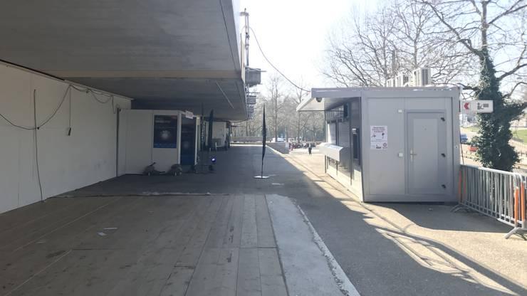 Der Bereich vor dem Eingang ist vereinsamt.