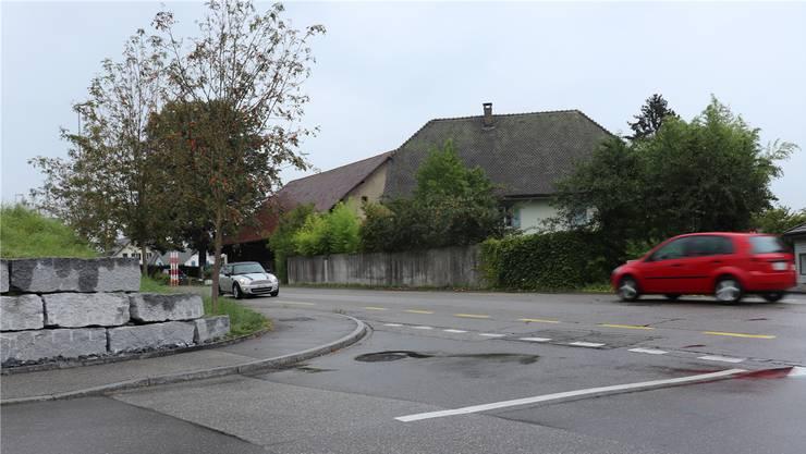 Bei der Einmündung der Richtergasse in die Hauptstrasse muss eine Böschung angepasst werden.
