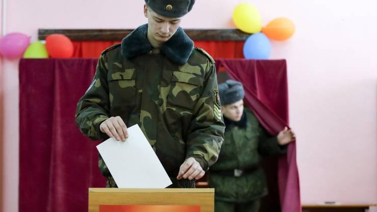 Ein Soldat gibt in Minsk seine Stimme ab.