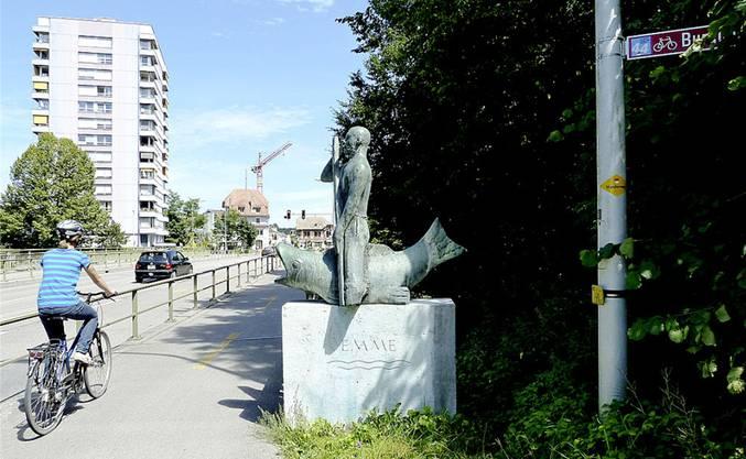 Brücke über die Emme zwischen Zuchwil und Derendingen: Hier prägen keine Bauernhäuser, sondern urbanes Siedlungsgebiet die Szenerie.