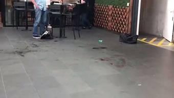 Nach der Messer-Attacke ist am Boden eine Blutlache zu sehen