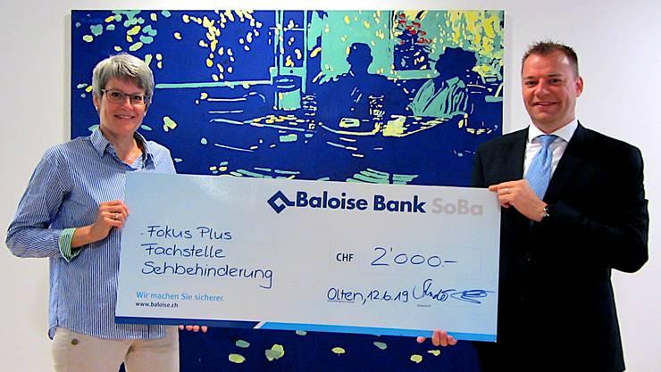 Checkübergabe von Sascha Hoffmann (Baloise Bank SoBa AG) an Claudia Graf (Stellenleiterin Fokus-plus - Fachstelle Sehbehinderung)