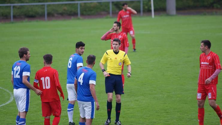 Das Aargauer Schiedsrichtertalent Johannes von Mandach im Fokus beim 1:1 des FC Dietikon gegen Kilchberg-Rüschlikon