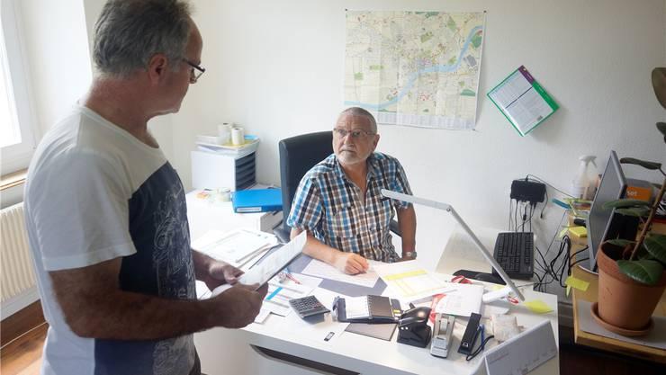 Im Gespräch mit einem Mitarbeiter: René Russenberger an seinem Arbeitsplatz im Kurhaus auf dem Balmberg.