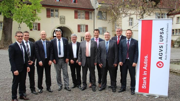 Der AGVS-Vorstand der Sektion Aargau führte die 89. GV auf Schloss Lenzburg durch. Das Bild zeigt v. l.: Heinz Frei, André Tinner, Thomas Kaiser, SRF-Sportreporter Berni Schär, Toni Mancino, AGVS-Präsident Martin Sollberger, Jörg Geissmann, André Hoffmann, Vizepräsident Hansueli Bächli, und Marco Emmenegger.