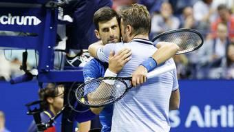Wawrinka versucht Djokovic nach dessen Aufgabe zu trösten.