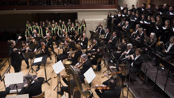 Dirigentin Elena Schwarz gelang eine kluge Aufführung mit Orchester, Solisten, Mädchenchor und dem Vokalensemble Tradiophon.