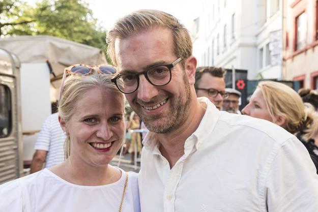 Auch ein halbes Jahr nach der Hochzeit noch in weiss und mit frisch verliebtem Lachen Erziehungsdirektor Conradin Cramer (LDP) und seine Frau Stephanie.