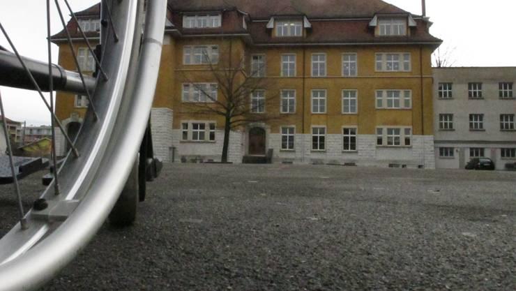 Muss dringend saniert werden: Der Pausenplatz des Dietiker Schulhauses Zentral.