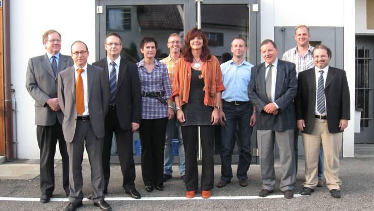 Der Vertrag ist unter Dach und Fach: Delegationen der AEW Energie AG mit dem Geschäftsleitungsvorsitzenden Peter Bühler (Dritter von rechts) und der Gemeinde Oeschgen mit Gemeindeammann Ursula Schnetzler (Mitte) vor dem Gemeindehaus. (chr)