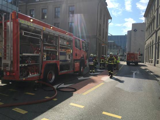 Offenbar hat ein Auto beim Bahnhof Feuer gefangen.