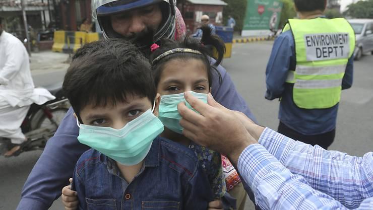 """In der pakistanischen Stadt Lahore haben die Luftverschmutzungswerte """"sehr gefährliche und gesundheitsschädliche Werte"""" erreicht. Bewohner der Stadt beklagen Atemschwierigkeiten und Augenbrennen."""