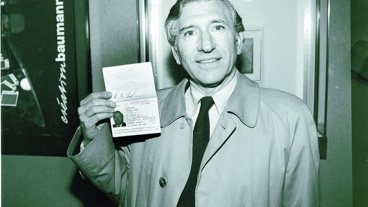 Stephen Roger Langenthal zeigt in der gleichnamigen Stadt seinen amerikanischen Pass.