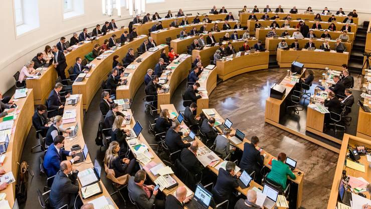 Blick in den 140-köpfigen Ratssaal mit der ganzen Regierung (Mitte rechts im Bild).
