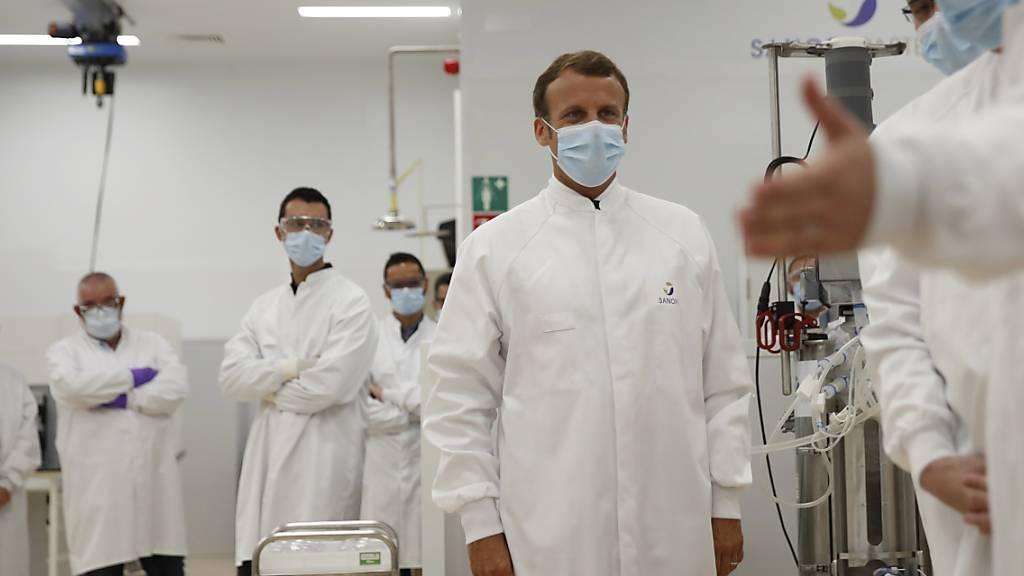 Monsieur le Président Emmanuel Macron besichtigt ein Labor von Sanofi in  Marcy-l'Etoile, Frankreich. Das Unternehmen kommt bei der Entwicklung eines Corona-Impfstoffes nun doch voran.