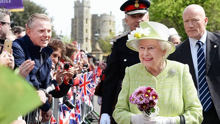 Die Queen wird bejubelt beim Spaziergang durch Windsor.