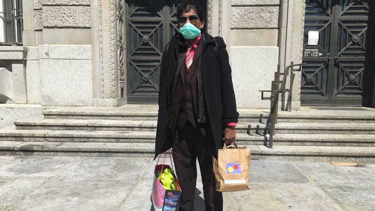 Raman Mahendran hat von der Heilsarmee einen Papiersack mit Essen bekommen. Er sagt: «Ich habe nicht einmal ein Zwanzigernötli im Sack.»