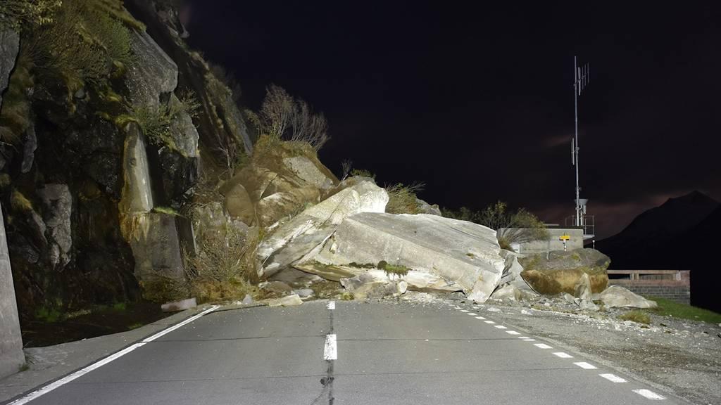 Lukmanier-Pass: Felssturz verschüttet Strasse
