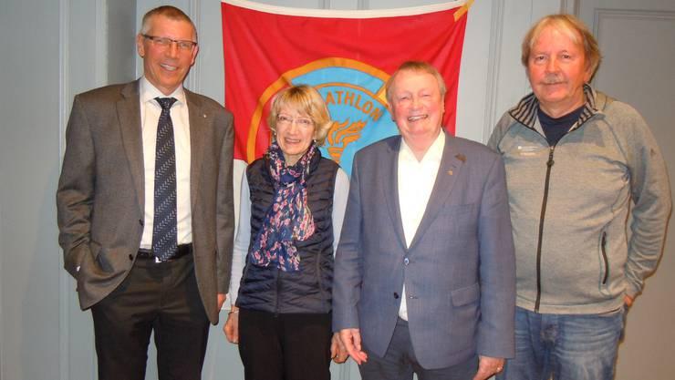 v.l. Frank-Urs Müller, Präsident Panathlonclub Solothurn freut sich zusammen mit den geehrten Mitgliedern: Lotti Spaar, Bruno Huber und Peter Wüthrich.