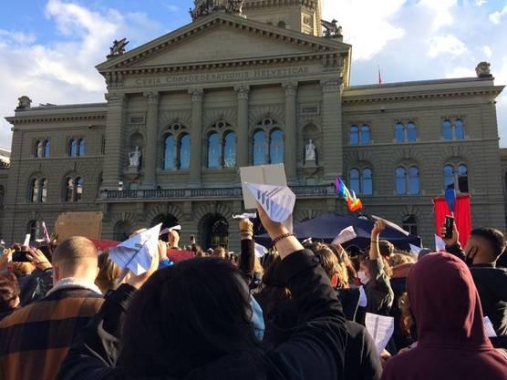 Papierflieger sollten die Forderungen der Kundgebung zu Karin Keller-Sutter bringen.