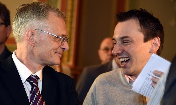 Claudio Kuster (rechts) und Ständerat Thomas Minder freuen sich 2013 über den deutlichen Sieg bei der Abzocker-Initiative.