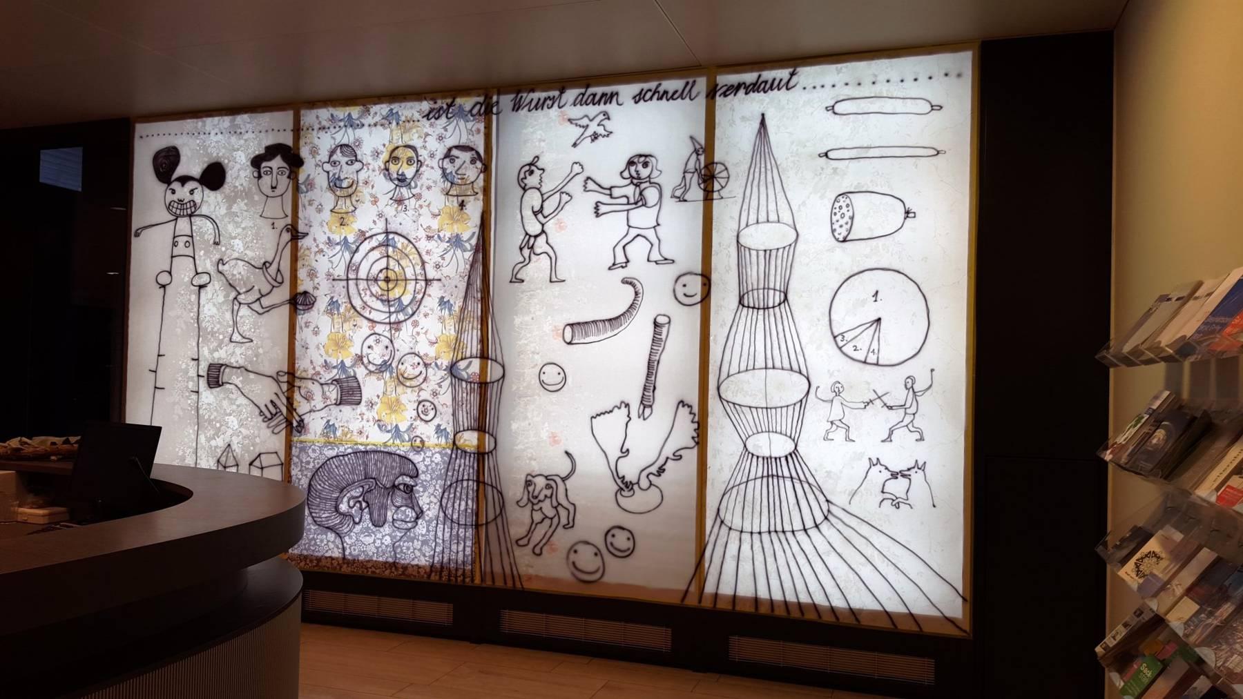 Künstlerin Anita Zimmermann beleuchtet den Empfangsschalter im Provisorium der VBSG-Verkaufsstelle.