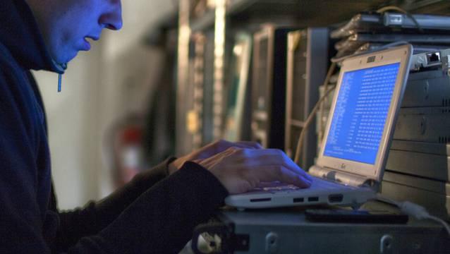 Ein 20-jähriger Computer-Hacker hat die Angriffe verübt. (Symbolbild)